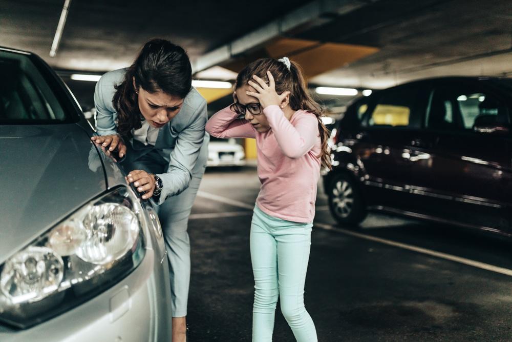 Verkehrsunfall - Vorfahrtregelung auf einem Parkdeck im Parkhaus eines Kaufhauses