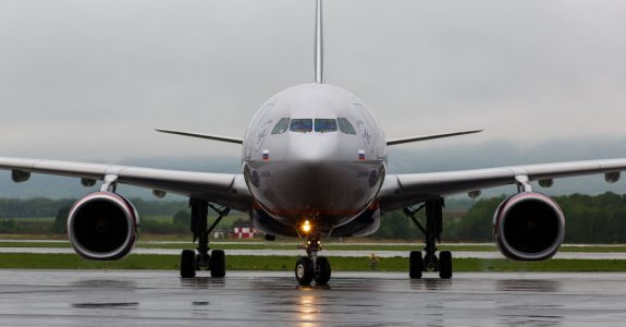 Fluggastrechte bei Flugverspätung - Beschädigung eines geparkten Flugzeugs