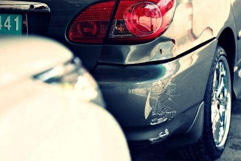Parkplatzunfall - Haftungsverteilung bei Kollision zweier rückwärtsfahrender Kfz