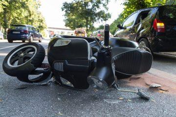 Verkehrsunfall – Kollision eines Linksabbiegers mit einem links überholenden Motorroller