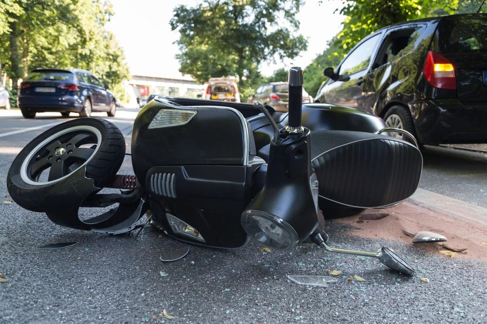Verkehrsunfall - Kollision eines Linksabbiegers mit einem links überholenden Motorroller