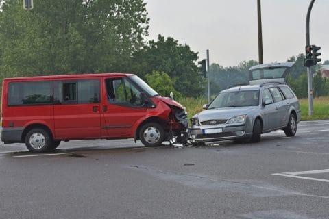 Einbiegen nach rechts in Vorfahrtstraße - Anscheinsbeweis bei Vorfahrtverletzung