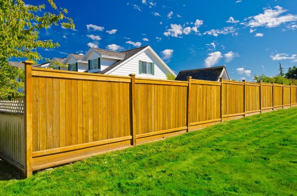 Pflicht des Grundstücksnachbarn zur Duldung eines zwei Meter hohen Sichtschutzzaunes
