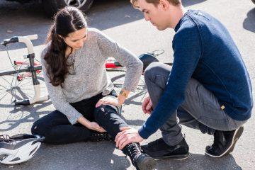 Verkehrsunfall – Schmerzensgeld für offene Bursaverletzung im Kniegelenk und Innenknöchelfraktur