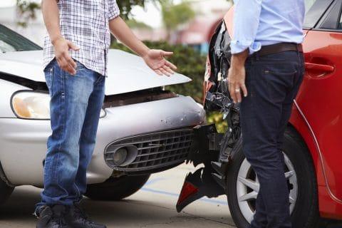 Verkehrsunfall im Begegnungsverkehr – Verstoß gegen Rechtsfahrgebot