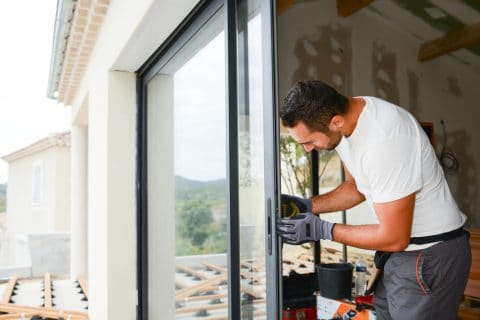 Verkehrssicherungspflicht bei Bauarbeiten - ausgehängte und angelehnte Tür als Gefahrenquelle