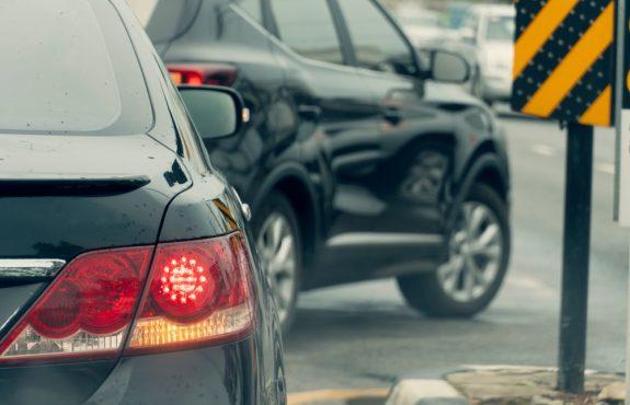 Verkehrsunfall - Pflicht zum Spurhalten bei parallelem Abbiegen