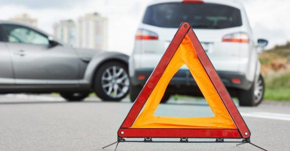 Verkehrsunfall - Kollision bei Ausfahrt aus Grundstücksausfahrt zum Linksabbiegen