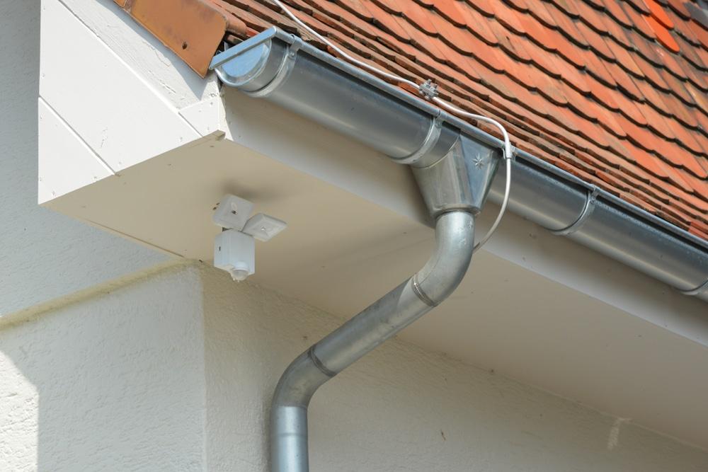 Wohngebäudeversicherung - Versicherungsfall bei Bruch eines Regenfallrohrs