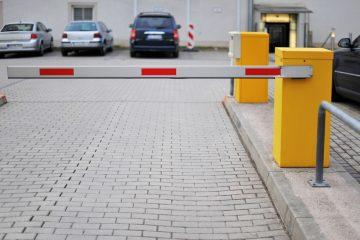 Verkehrsunfall – Betätigung der Fernbedienung einer Parkplatzschranke aus Fahrzeug heraus
