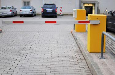 Verkehrsunfall - Betätigung der Fernbedienung einer Parkplatzschranke aus Fahrzeug heraus