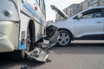 Verkehrsunfall – Kollision zwischen anfahrenden Bus und einem einscherenden Fahrzeug