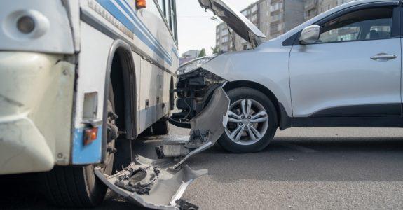 Verkehrsunfall - Kollision zwischen anfahrenden Bus und einem einscherenden Fahrzeug