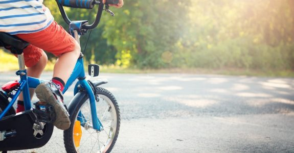 Haftung eines achtjährigen Kindes beim Anfahren einer stehenden Fußgängerin