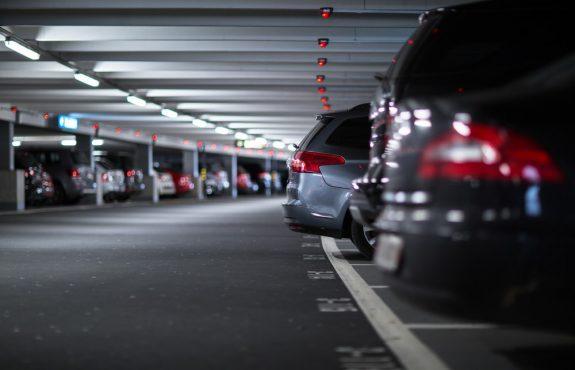Parkplatzunfall – Heckanbau eines Fahrzeugs ragt in eine andere Parklücke hinein