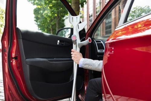 Verkehrsunfall - Kollision eines Vorbeifahrenden mit geöffneter Fahrertür eines parkenden Pkw