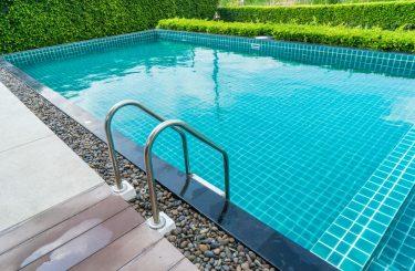 Reiseveranstalterhaftung für Sturz auf nassen Fliesen im Schwimmbadbereich