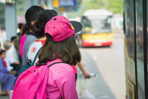 Schülerunfall durch Schubserei an der Bushaltestelle - Verschuldenshaftung von Busfahrer