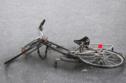 Fahrradfahrer - Glatteisunfall bei einzelner Glättestelle auf Straße