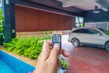 Elektrisches Garagentor – Haftung bei Schaden an einem davor parkenden Pkw