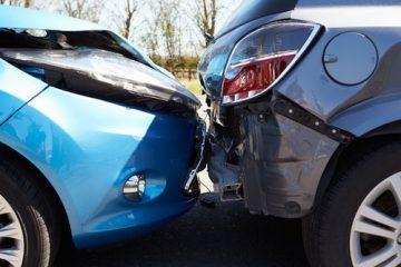 Verkehrsunfall – Kollision zweier Kraftfahrzeuge an einer Fahrbahnengstelle