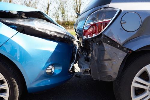 Verkehrsunfall - Kollision zweier Kraftfahrzeuge an einer Fahrbahnengstelle