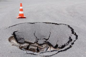 Verkehrssicherungspflicht – Aufstellen eines Warnschilds bei einer Schlaglochtiefe ab 20 cm