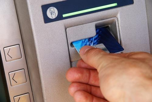 Kreditkartenvertrag - Einsatz Originalkreditkarte bei Geldautomatentransaktion im Ausland