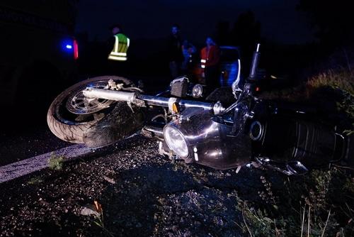 Motorradunfall - Fahren auf der falschen Fahrbahnseite mit eingeschaltetem Fernlicht