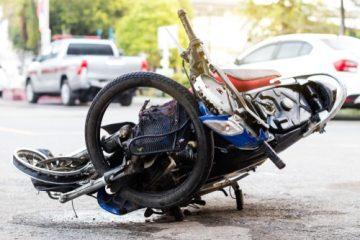 Sturz eines Motorradfahrers auf Rollsplitt in einer Kurve als unabwendbares Ereignis