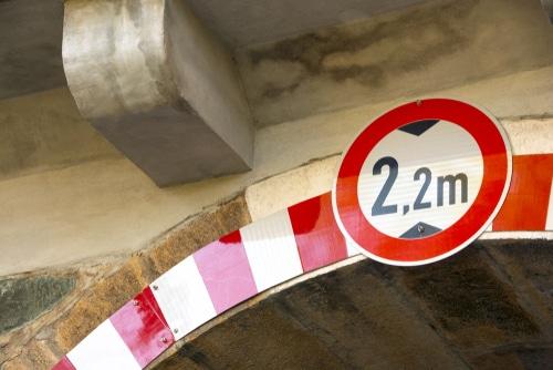 Herbeiführung Miet-Fahrzeugschaden bei Missachtung der Durchfahrthöhe einer Unterführung