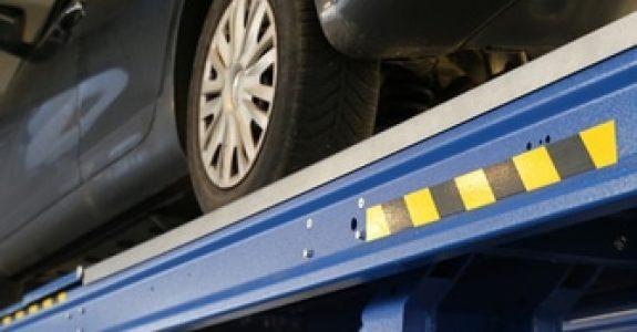 Beschädigung eines Kundenfahrzeugs bei Herunterrutschen von einer Hebebühne