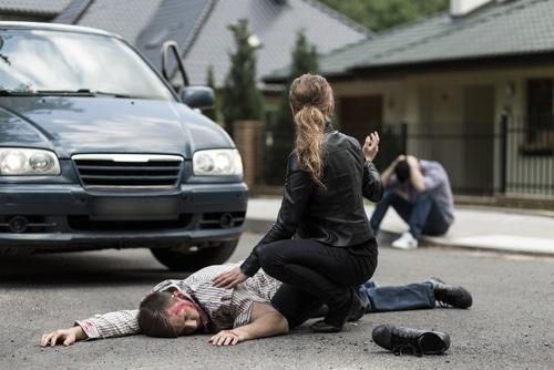 Verkehrsunfall - Kollision eines Kraftfahrzeugs mit einem die Straße überquerenden Fußgänger