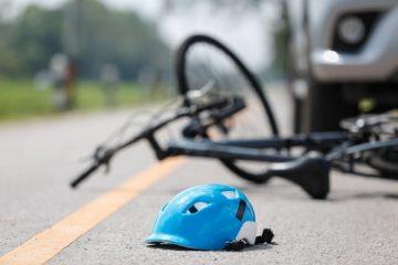 Sturzunfall Radfahrer infolge Bremsvorgangs des vor ihm fahrenden Pkws auf regennasser Fahrbahn
