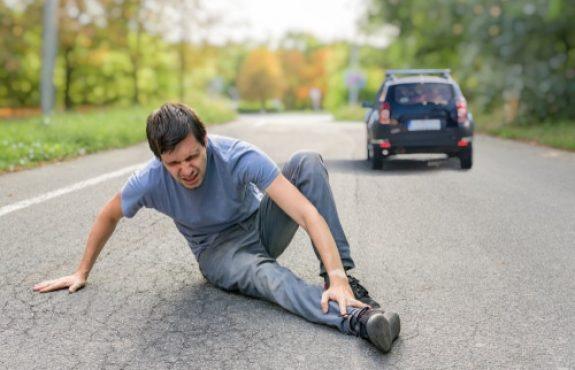 Verkehrsunfall - Kollision eines eine Bundesstraße überquerenden Radfahrers mit Kraftfahrzeug