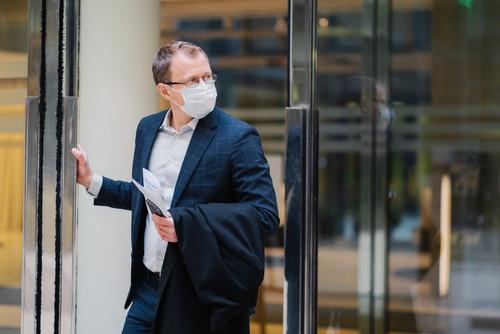 Corona-Pandemie - Tragen eines Mund-Nasen-Schutzes innerhalb eines Dienstgebäudes