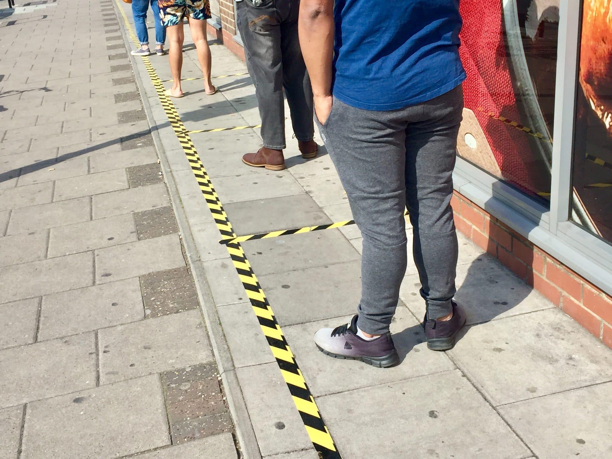 Infektionsschutz: Abstandsgebot und Kontaktbeschränkungen im öffentlichen Raum gelten weiterhin