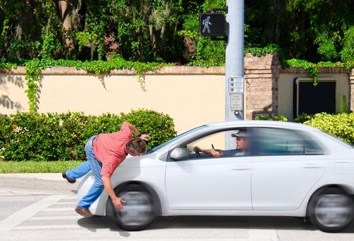 Verkehrsunfall - Kollision eines Autofahrers mit einem die Fahrbahn überquerenden Fußgänger OLG Koblenz Az.: 12 U 1110/10 Urteil vom 12.12.2011 1. Auf die Berufung des Klägers wird das Urteil des Landgerichts Koblenz vom 23.08.2010 abgeändert wie folgt: Die Beklagten werden als Gesamtschuldner verurteilt, an den Kläger ein weiteres Schmerzensgeld in Höhe von 11.800 Euro nebst Zinsen in Höhe von fünf Prozentpunkten über den jeweiligen Basiszinssatz seit dem 15.09.2007 zu zahlen. Die Beklagten werden als Gesamtschuldner verurteilt, an den Kläger 501,88 € nebst Zinsen hieraus in Höhe von fünf Prozentpunkten über dem Basiszinssatz seit dem 03.01.2011 zu zahlen. Es wird festgestellt, dass die Beklagten als Gesamtschuldner dem Kläger zur Übernahme der künftigen materiellen und immateriellen Schäden aus dem Unfallgeschehen vom 15.01.2007 um 15:10 Uhr auf der ...[X]-Straße in …[Y] in einem Umfang von 80 Prozent verpflichtet sind. Im Übrigen wird die Klage abgewiesen. Die weitergehende Berufung des Klägers wird zurückgewiesen. 2. Von den Kosten des Rechtsstreites erster Instanz tragen der Kläger 53 % und die Beklagten gesamtschuldnerisch 47 %. Von den Kosten des Berufungsverfahrens fallen dem Kläger 82 % und den Beklagten gesamtschuldnerisch 18 % zur Last. 3. Das Urteil ist vorläufig vollstreckbar. 4. Die Revision wird nicht zugelassen. Gründe I. Der Kläger macht gegen die Beklagten Ersatzansprüche aufgrund eines Verkehrsunfalles vom 15. Januar 2007 in Koblenz geltend, an dem er als Fußgänger beteiligt war. Der Beklagte zu 1) bog mit einem Pkw, der von der Beklagten zu 2) gehalten wird und bei der Beklagten zu 3) haftpflichtversichert ist, von der ...[Z]-Straße nach links in die bevorrechtigte ...[X]-Straße ein, auf der in einer Entfernung von 40 Metern der Kläger als Fußgänger die Straße von der Gegenfahrbahn in Richtung der Fahrbahn des Beklagten zu 1) überquerte. Die ...[X]-Straße besitzt an dieser Stelle eine Breite von 8,9 Metern und weist keine Straßenmarkierungen auf.