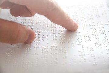 Anspruch auf Zurverfügungstellung von Schreiben in Blindenschrift gegenüber Behörde?