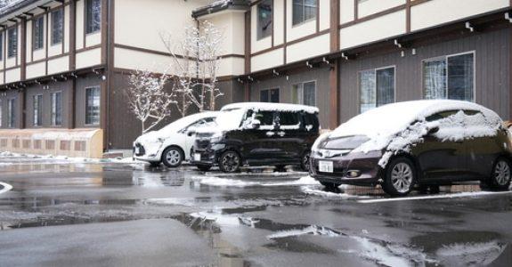 Fahrzeugbeschädigung durch Dachlawine - Mitverschulden