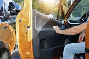 Verkehrsunfall – Kollision des fließenden Verkehrs mit einer geöffneten Fahrzeugtür