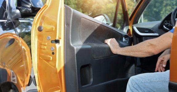Verkehrsunfall - Kollision des fließenden Verkehrs mit einer geöffneten Fahrzeugtür