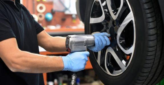 Reifenwechsel in Kfz-Werkstatt - Schrauben nicht nachgezogen – Mitschuld lösen von Reifen