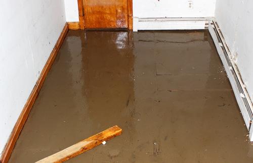 Kellerüberschwemmung aufgrund unzureichender Dimensionierung oder Reinigung der Kanalisation