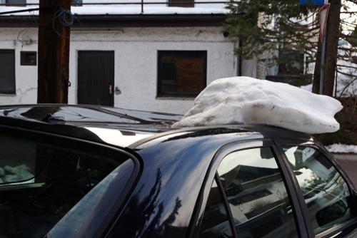 Schäden an geparktem Fahrzeug durch eine trotz Schneefanggitter abgegangene Dachlawine