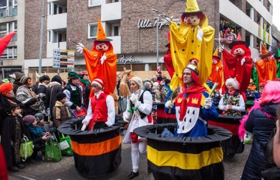 Haftung des Teilnehmers eines Karnevalsumzugs - Hüftstoß als Sorgfaltspflichtverletzung