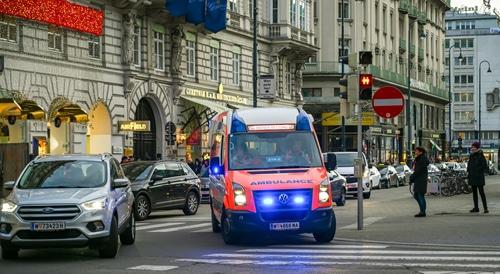 Unfallverursachung durch Passieren einer grünen Ampel hinter einem Rettungswagen