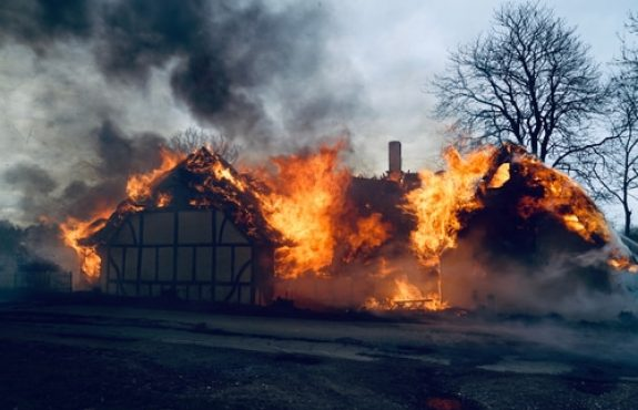 Reetdach in Brand gesetzt – Verletzung werkvertraglicher Sorgfaltspflichten