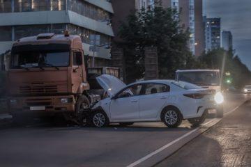 Verkehrsunfall – Haftungsverteilung verbotswidrig parkenden PKW und einbiegenden LKW