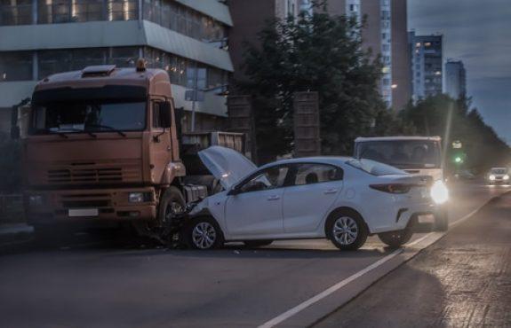 Verkehrsunfall - Haftungsverteilung verbotswidrig parkenden PKW und einbiegenden LKW